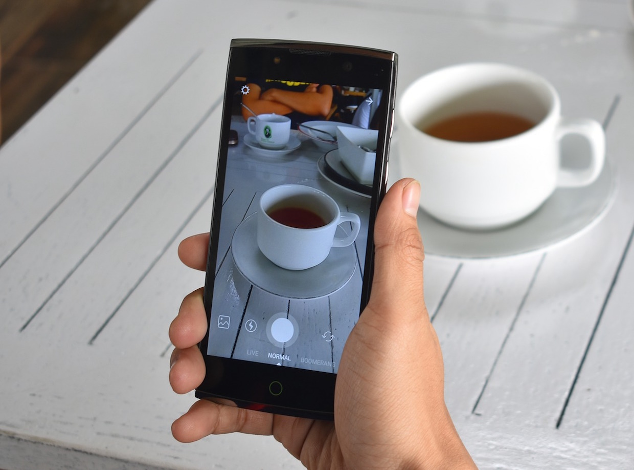 taking pictures of food and coffee for instagram